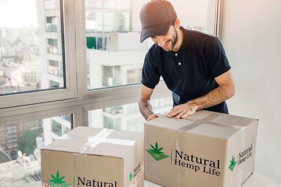 Företagskund håller i Natural Hemp Life Paket 1