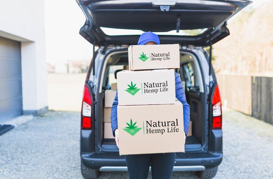 Företagskund håller i Natural Hemp Life Paket 4