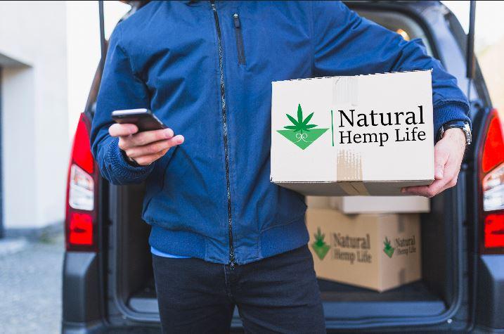 Företagskund håller i Natural Hemp Life Paket