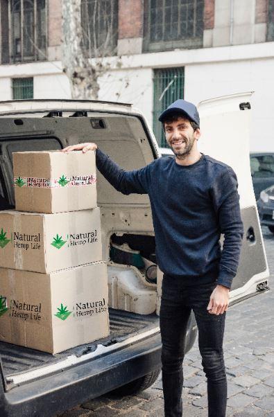 Företagskund håller i Natural Hemp Life Paket 3