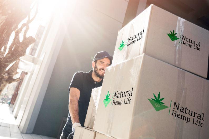 Företagskund håller i Natural Hemp Life Paket 2